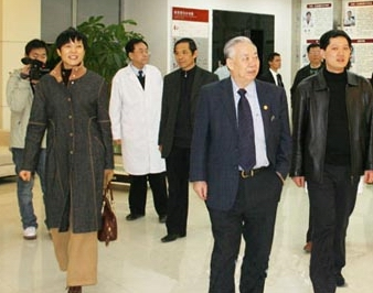 原卫生部副部长曹泽毅视察协和医院并题词