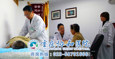骨科中心副主任医师李凯主任为两位老人亲诊