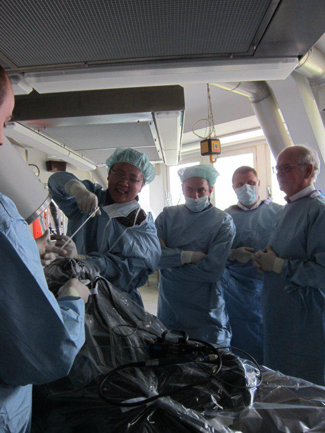李凯正在进行workshop手术实际操作
